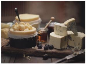 Massor av ostar som stylas till rätt position för rätt bild.