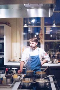 Niklas kockar och lagar mat på PS Matsal till våra gäster